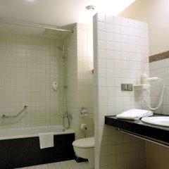 Отель AZIMUT Hotel Cologne Германия, Кёльн - 13 отзывов об отеле, цены и фото номеров - забронировать отель AZIMUT Hotel Cologne онлайн ванная фото 2