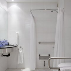 Отель Holiday Inn Express Malaga Airport Испания, Малага - 1 отзыв об отеле, цены и фото номеров - забронировать отель Holiday Inn Express Malaga Airport онлайн ванная фото 2