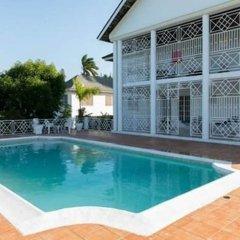 Отель Lawrence Pool House бассейн