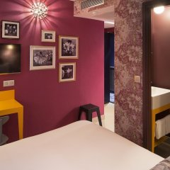 Отель Josephine By Happyculture Париж сейф в номере