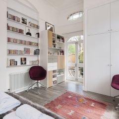 Отель Luxurious Hampstead Home with Gorgeous Garden развлечения