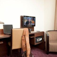 Отель Best Western Dam Square Inn сейф в номере