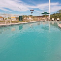 Отель La Quinta Inn & Suites Meridian бассейн