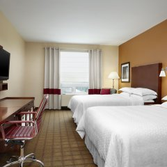 Отель Four Points by Sheraton Calgary Airport комната для гостей