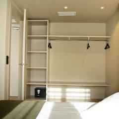Отель Aparthotel Arrels d'Empordà сейф в номере