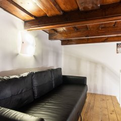 Апартаменты Lovely Apartment on Mala Strana just 10 mins walk to scenic places Прага комната для гостей