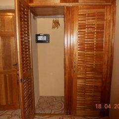 Отель ShayVille сейф в номере