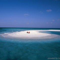Отель Banyan Tree Vabbinfaru Мальдивы, Остров Гасфинолу - отзывы, цены и фото номеров - забронировать отель Banyan Tree Vabbinfaru онлайн пляж фото 2
