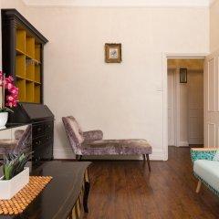 Отель Amazing Chelsea Flat With Stunning Balcony Великобритания, Лондон - отзывы, цены и фото номеров - забронировать отель Amazing Chelsea Flat With Stunning Balcony онлайн комната для гостей фото 5