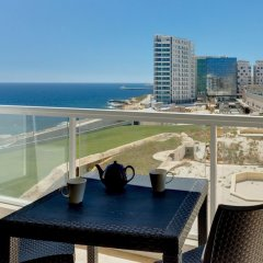 Отель Marvellous Seafront Apartment in the Best Location Мальта, Слима - отзывы, цены и фото номеров - забронировать отель Marvellous Seafront Apartment in the Best Location онлайн балкон