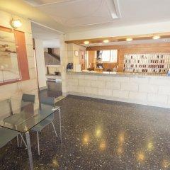 Отель azuLine Hotel S'Anfora & Fleming Испания, Сан-Антони-де-Портмань - отзывы, цены и фото номеров - забронировать отель azuLine Hotel S'Anfora & Fleming онлайн интерьер отеля