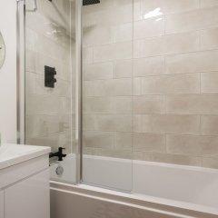 Отель The Kensington Grove - Stylish 2bdr Flat With Private Patio Лондон ванная
