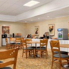 Отель Travelodge by Wyndham Calgary International Airport South Канада, Калгари - отзывы, цены и фото номеров - забронировать отель Travelodge by Wyndham Calgary International Airport South онлайн питание