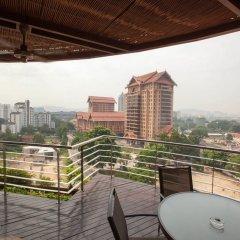 Отель Pullman Kuala Lumpur City Centre Hotel & Residences Малайзия, Куала-Лумпур - отзывы, цены и фото номеров - забронировать отель Pullman Kuala Lumpur City Centre Hotel & Residences онлайн балкон