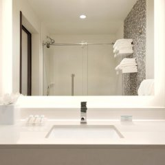 Отель Hilton Garden Inn Calgary Downtown ванная фото 2