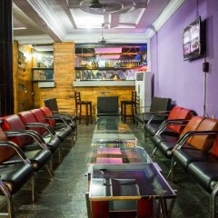 Отель Emglo Suites гостиничный бар