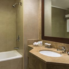 Отель Four Points By Sheraton Sheikh Zayed Road ОАЭ, Дубай - 1 отзыв об отеле, цены и фото номеров - забронировать отель Four Points By Sheraton Sheikh Zayed Road онлайн ванная фото 2