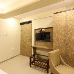 Отель FabHotel Golden Park Jogeshwari West сейф в номере