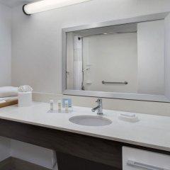 Отель Hampton Inn NY-JFK Jamaica-Queens США, Нью-Йорк - 1 отзыв об отеле, цены и фото номеров - забронировать отель Hampton Inn NY-JFK Jamaica-Queens онлайн ванная