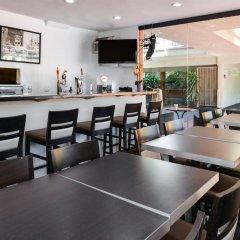 Отель Best Western Hollywood Plaza Inn США, Лос-Анджелес - отзывы, цены и фото номеров - забронировать отель Best Western Hollywood Plaza Inn онлайн гостиничный бар