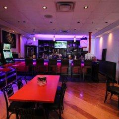 Отель Chrome Montreal Centre-Ville Канада, Монреаль - отзывы, цены и фото номеров - забронировать отель Chrome Montreal Centre-Ville онлайн гостиничный бар