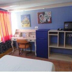 Отель Hostal Los Caracoles удобства в номере