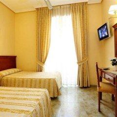Отель Hostal Macarena сейф в номере