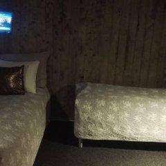 Отель Bed and Waffles сейф в номере