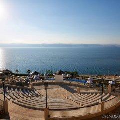 Отель Crowne Plaza Jordan Dead Sea Resort & Spa Иордания, Сваймех - отзывы, цены и фото номеров - забронировать отель Crowne Plaza Jordan Dead Sea Resort & Spa онлайн пляж фото 2