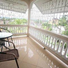 Отель Summer Breeze Vacation Home Ямайка, Монтего-Бей - отзывы, цены и фото номеров - забронировать отель Summer Breeze Vacation Home онлайн балкон