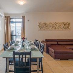 Апартаменты Seashells 2 Bedroom Apartment Буджибба комната для гостей
