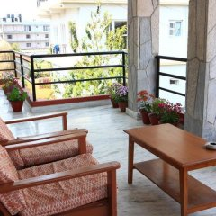 Отель Himalayan Guest House Непал, Покхара - отзывы, цены и фото номеров - забронировать отель Himalayan Guest House онлайн балкон