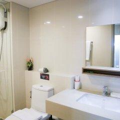 Отель Locals Sathorn Siamese Nang Linchee Бангкок ванная