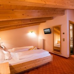 Hotel Schneeberg Family Resort & SPA сейф в номере