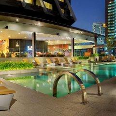 Отель Doubletree By Hilton Sukhumvit Бангкок бассейн