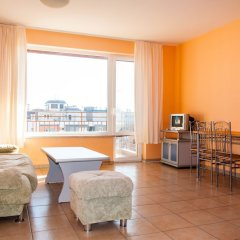 Апартаменты La Playa Apartments комната для гостей