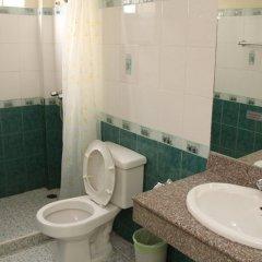 Отель Richman Poorman Guesthouse ванная