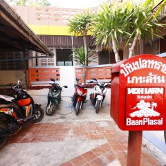 Отель Baan Plasai Koh Larn парковка