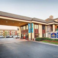 Отель Best Western Plus Raffles Inn & Suites парковка