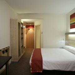 Отель B&B Hotel Madrid Aeropuerto T1 T2 T3 Испания, Мадрид - 8 отзывов об отеле, цены и фото номеров - забронировать отель B&B Hotel Madrid Aeropuerto T1 T2 T3 онлайн комната для гостей фото 5