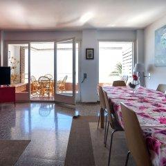 Отель Apartamento Vivalidays Rosa Lloret Испания, Льорет-де-Мар - отзывы, цены и фото номеров - забронировать отель Apartamento Vivalidays Rosa Lloret онлайн комната для гостей