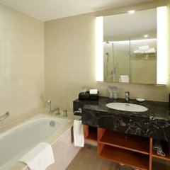 Отель Ramada Plaza Shanghai Pudong Airport Китай, Шанхай - отзывы, цены и фото номеров - забронировать отель Ramada Plaza Shanghai Pudong Airport онлайн ванная фото 2