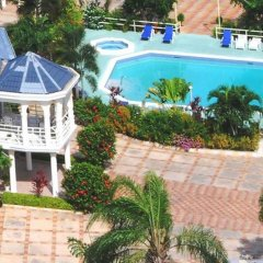 Отель Holiday Haven бассейн