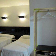 Отель Hostal Athenas сейф в номере