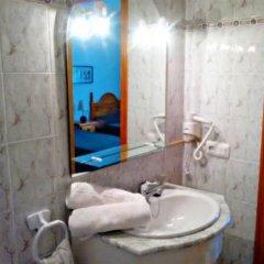 Отель Hostal Los Rosales Испания, Кониль-де-ла-Фронтера - отзывы, цены и фото номеров - забронировать отель Hostal Los Rosales онлайн ванная