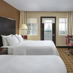 Отель Four Points by Sheraton Hotel & Suites Calgary West Канада, Калгари - отзывы, цены и фото номеров - забронировать отель Four Points by Sheraton Hotel & Suites Calgary West онлайн комната для гостей фото 2