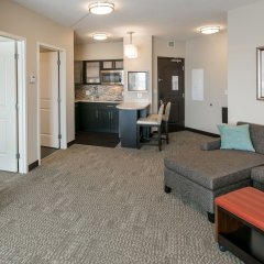 Отель Staybridge Suites Saskatoon - University комната для гостей фото 3