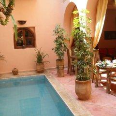 Отель Riad Azenzer бассейн