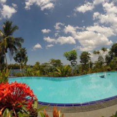 Отель Whispering Waters Lodge бассейн