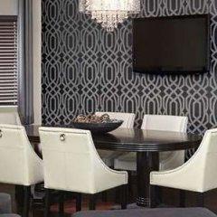 Отель Four Points by Sheraton Hotel & Suites Calgary West Канада, Калгари - отзывы, цены и фото номеров - забронировать отель Four Points by Sheraton Hotel & Suites Calgary West онлайн удобства в номере фото 2